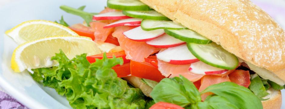 Kanapka z łososiem i warzywami