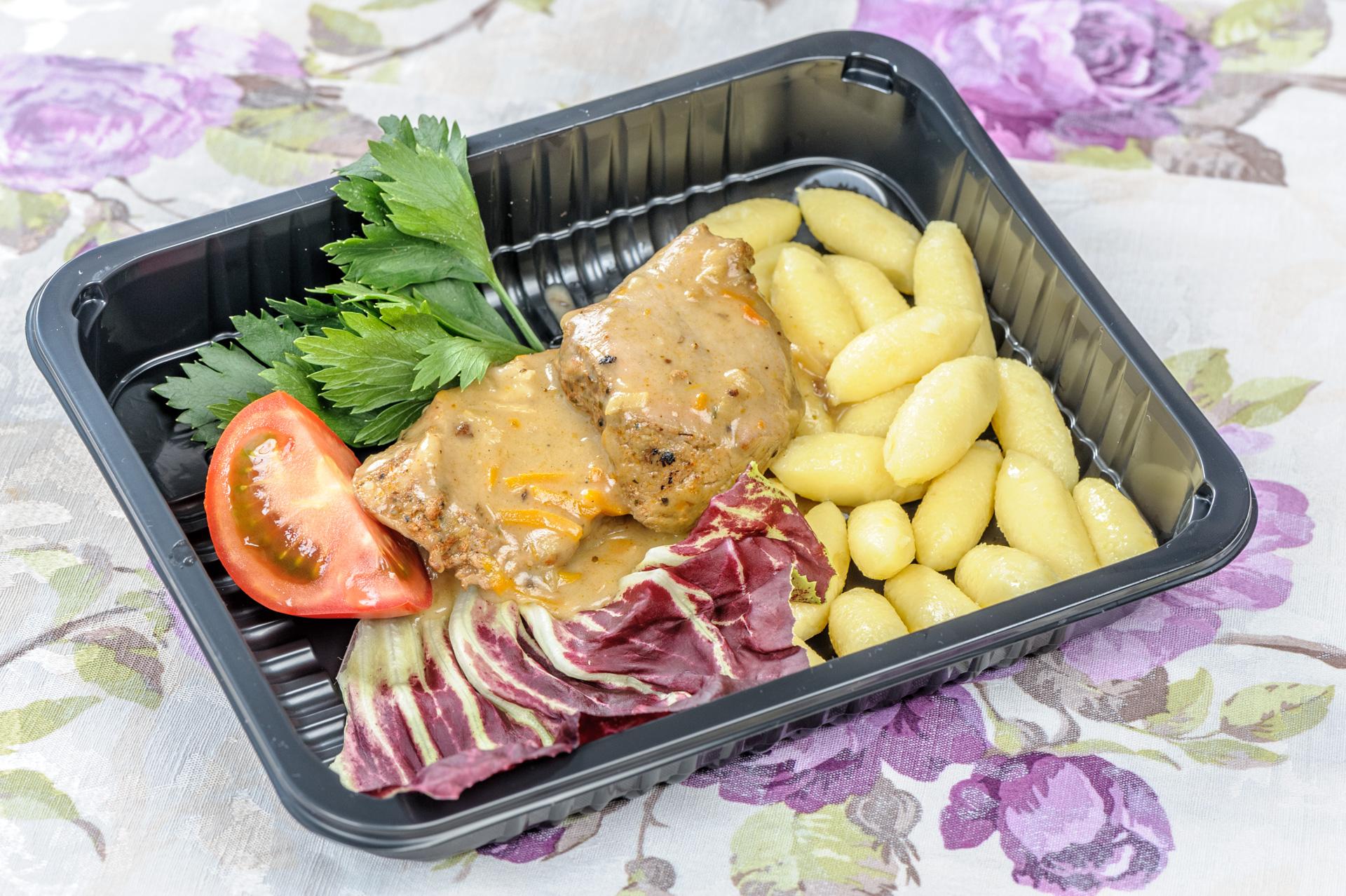 lunch dla firm Sznycelki w sosie pieczeniowym z kopytkami