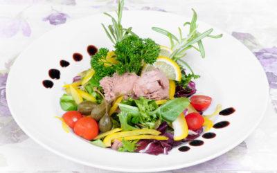 Sałatka z tuńczykiem, pestkami dyni i sosem balsamicznym