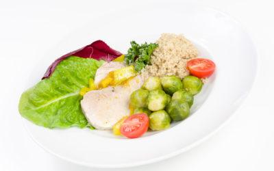 Indyk gotowany z sosem gruszkowo – imbirowym, kasza jęczmienn