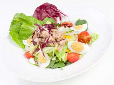 Mix sałat z tuńczykiem i jajem